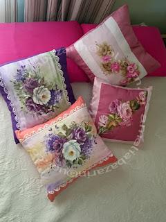 Almofada decorada com caminho de mesa