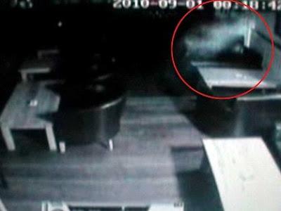 Sosok Mirip Casper Terekam CCTV
