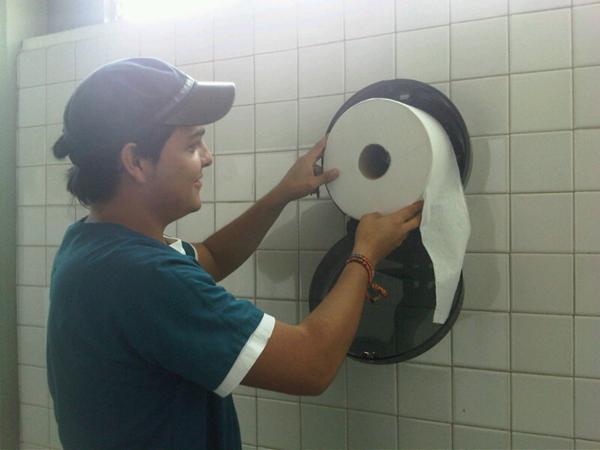 Instalaci n de dispensadores de papel higienico en ba os for Dispensadores para banos