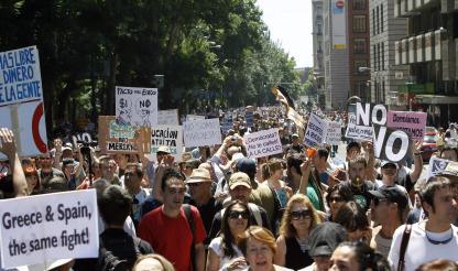 """Milhares de """"indignados"""" convergem para centro de Madrid em ambiente festivo e pacífico"""