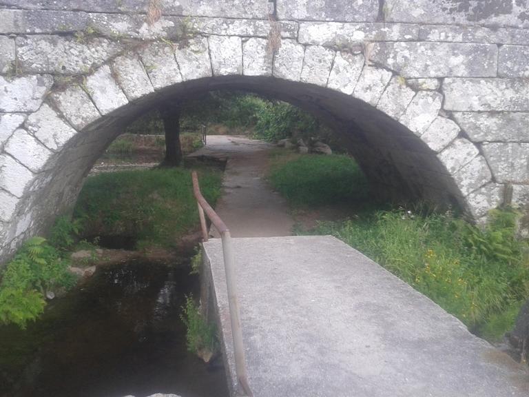 Caminho Pedonal por debaixo da Ponte