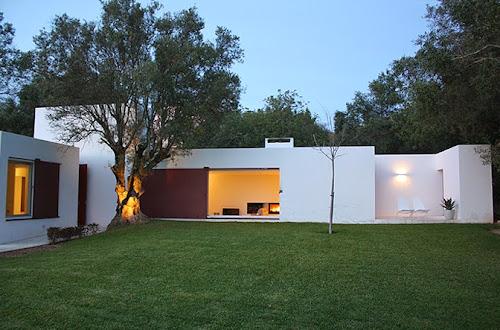 Villa Agosto by Pedro Domingos