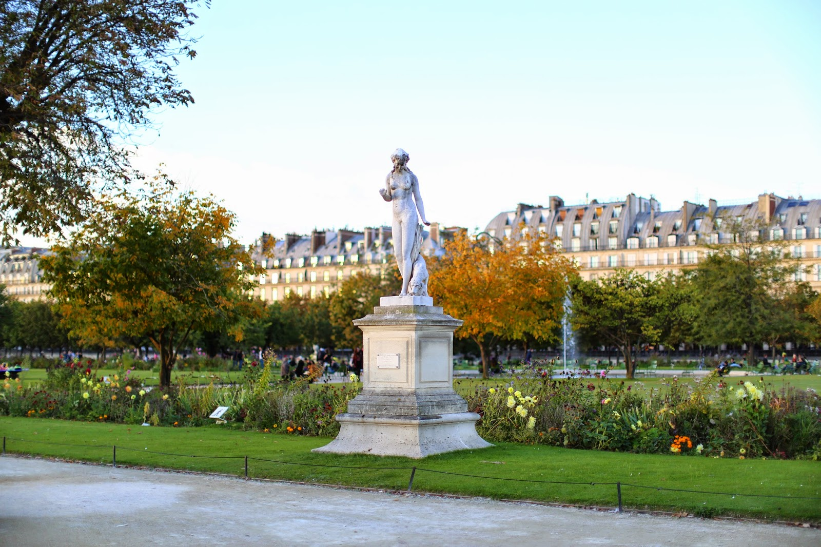 Louise paris l 39 automne au jardin des tuileries for Au jardin paris