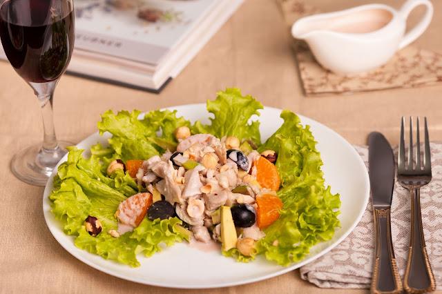 Мандарины, лесной орех, авокадо, виноград, салат