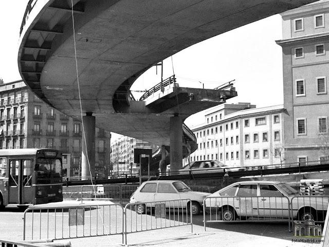 Glorieta Carlos V, desmontanmdo el  scalextric de Atocha, Madrid 1985