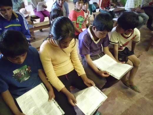 beim Singen während des Gottesdienstes