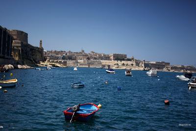 dfhoto publica tus fotografías Más fotos panorámicas de una barca en Malta con Valleta de fondo