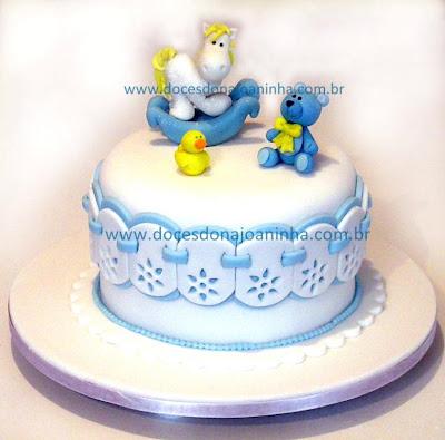 """Bolo decorado Chá de Bebê """"Baby Shower"""" com barrado de bordado inglês, brinquedinhos e cavalinho de balanço"""
