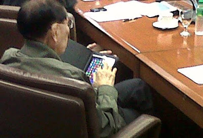 senator-enrile-playing-bejeweled-on-ipad