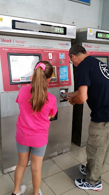 Estación de metro y máquinas expendedoras de billetes en Kuala Lumpur (malasia)