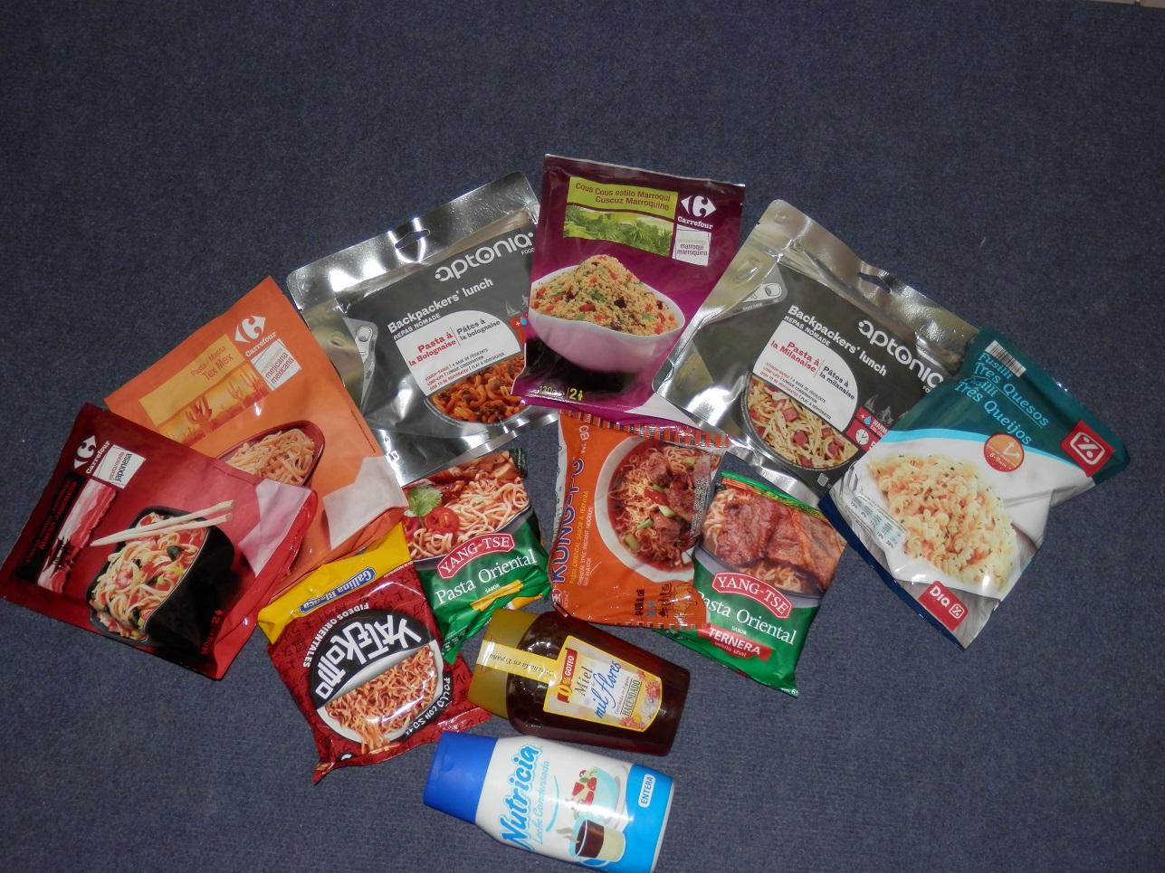 Algunos de los paquetes y cosas para comer.