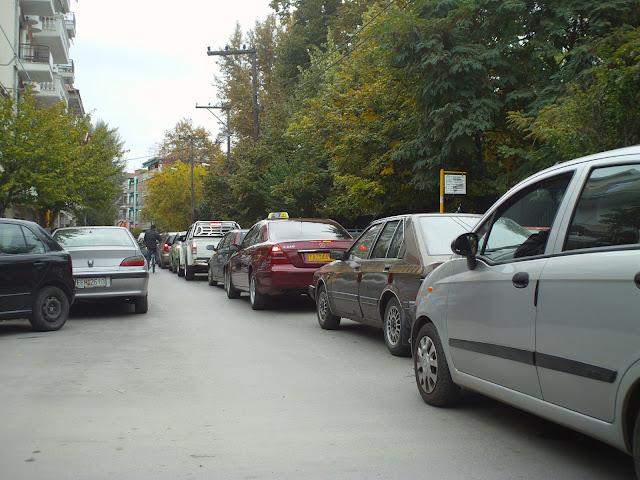 Ουρές τα αυτοκίνητα από την νομαρχία