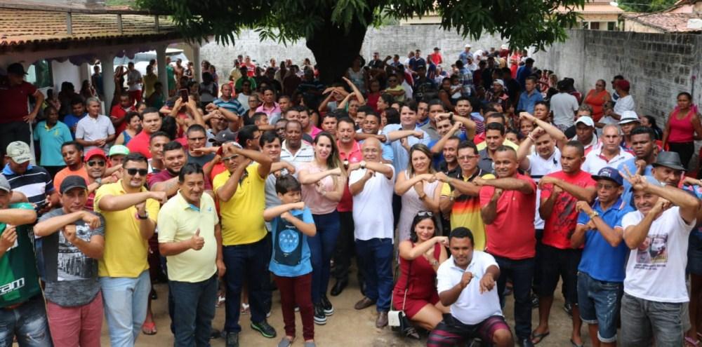 Uma multidão em reunião com a Dra. Thaiza na cidade de Apicum-Açu