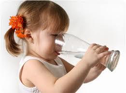 هل شرب الماء مع الطعام يضر بالجسم؟