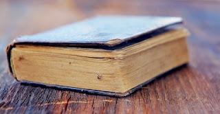 libro su tavola di legno