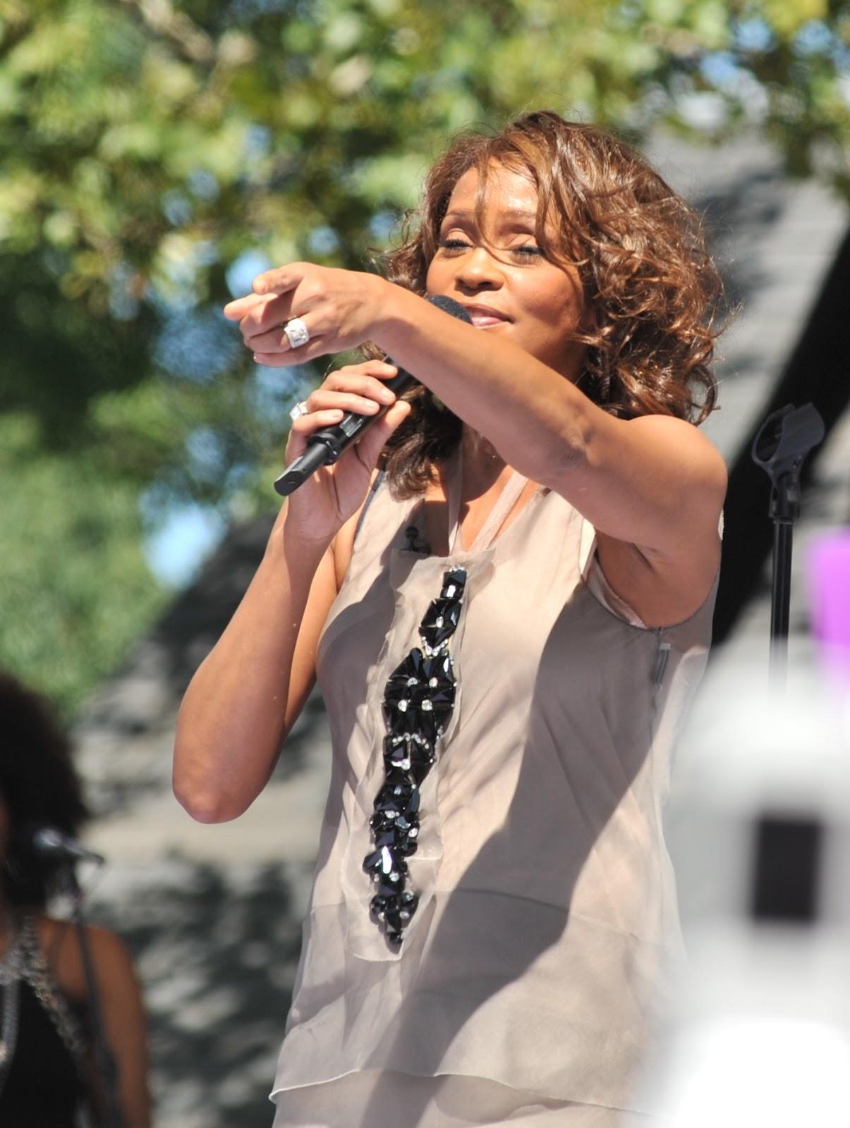 http://4.bp.blogspot.com/-RGngh1UJBgg/TzcYbktFX2I/AAAAAAAAAFA/og3gL9na0cQ/s1600/Flickr_Whitney_Houston_performing_on_GMA_2009_3.jpg