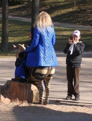 ilusión óptica de chica rubia sobre la zebra