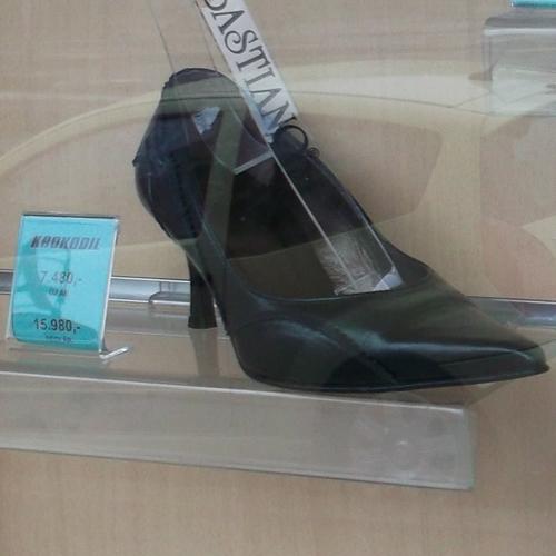 Zárt, hegyes orrú fekete női cipő középmagas sarokkal