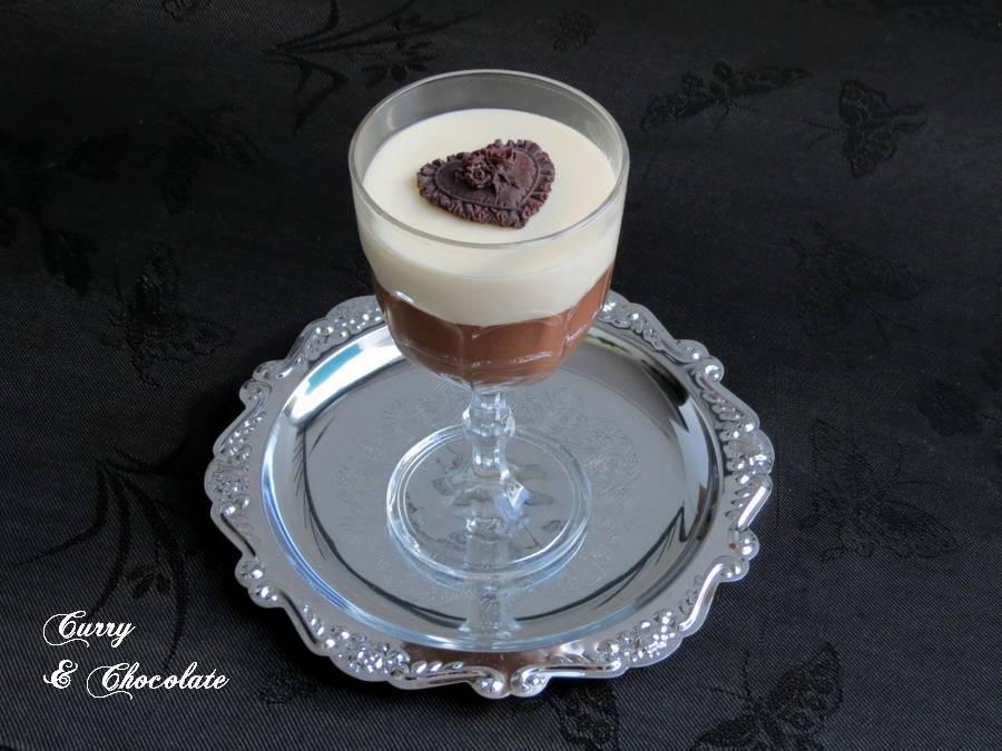 Copa de chocolate blanco y chocolate con café capuccino al caramelo