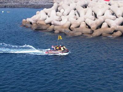 抗議民眾欲使用馬達充氣船經由海上登陸生命之岩。照片來源:thinkunit。