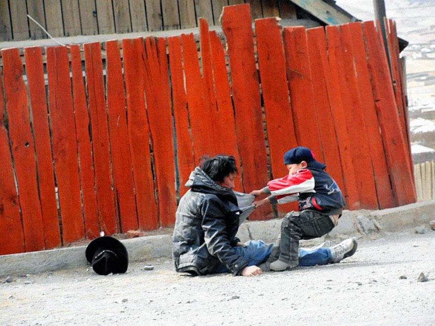 30 of the most powerful images ever - Alcoholic father with his son