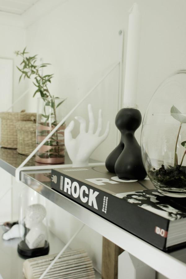 inredning hylla, hall i vitt, hylla från ikea, liknar stringhylla, rostfria hyllplan, svart ljusstake, bok rock, vit porslinshand