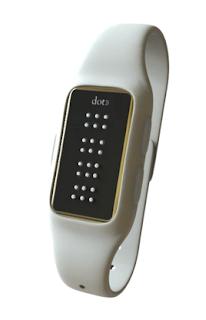 la imagen muestra un reloj elegante, en blanco y con el fondo de las letras braille en negro.
