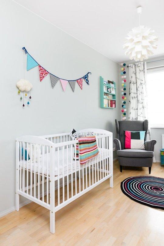 Una habitaci n de bebe escandinava con toques de color for Decoracion habitacion bebe marinero
