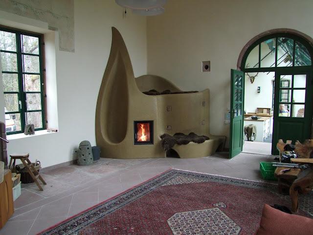 Фото с новой дровяной печью в той же комнате.