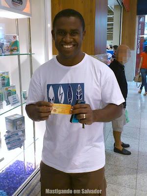 Anderson Souza (representando a Fabianne Campista) com o voucher da Cheiro de Pizza