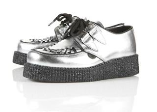Modello argentato di scarpe creeper