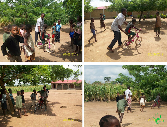 I bambini di Atchanvé imparano ad andare in bicicletta