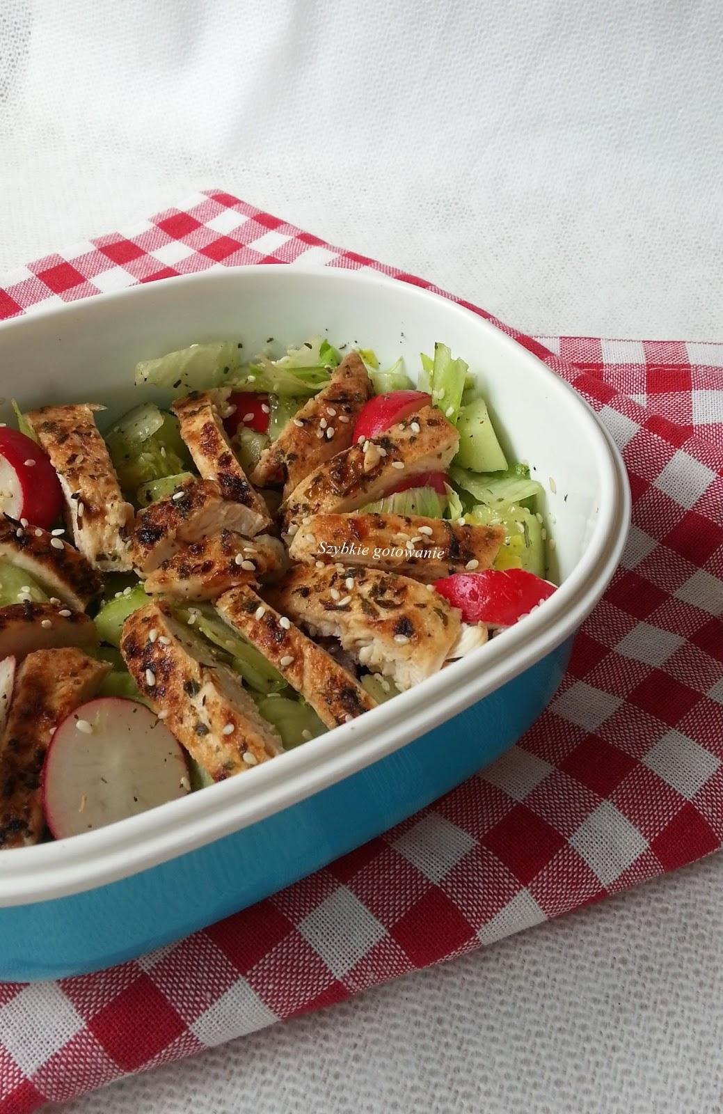 Szybka sałatka z kurczakiem do pracy lunchbox bento