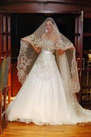 ... coiffée en robe blanche attend l arrivée de la famille du marié en