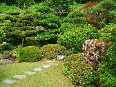 Taman yang sangat jepang sekali. sederhana dan minimalis