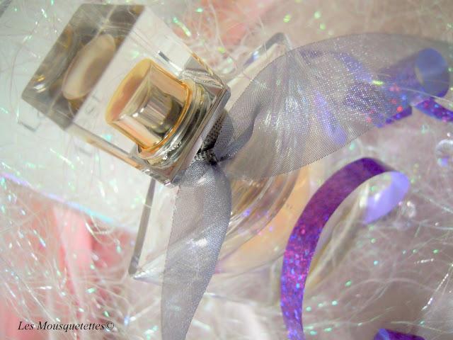 Habillé d'un nœud d'organza gris perlé le flacon La Vie Est Belle - Les Mousquetettes©