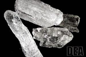La metanfetamina es una droga de diseño derivada de la efedrina. Se presenta en forma de tabletas, polvo blanco o en cristales que asemejan al hielo o al vidrio, de color transparente, blanco o rosado.