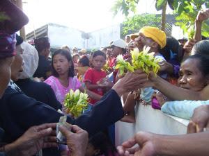 Prosesi adol kembang dalam ritual Seblang Olehsari.