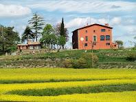 La masia El Jovell envoltada de camps de colza ben florits