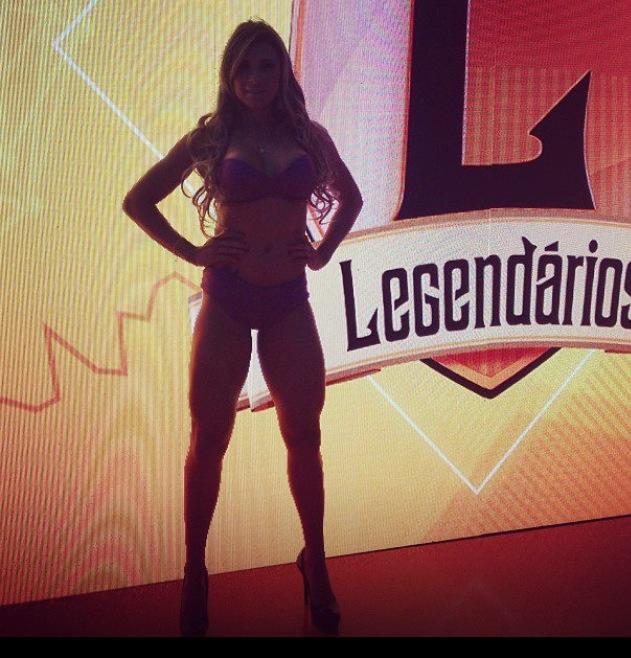 Alessandra Batista, famosa, bela, e totalmente engajada nos trabalhos de televisão. Sempre trabalhou no meio artístico, agora está estabelecida em um programa de televisão o famoso LEGENDÁRIOS, como uma das legendetes do programa. Estará também no CALENDÁRIO CONTRA A FOME.Vamos falar um pouco de como tudo começou e como ela ficou conhecida da mídia. Alessandra iniciou sua carreira como modelo no começo do ano de 2005 onde trabalhou com desfiles, fotos, recepção, figuração, coordenação e danças. A partir de 2010 conciliou seus trabalhos com eventos com um trabalho formal de executiva de contas de uma editora em um empresa situada no Alphaville. Em 2012 iniciou sua carreira como bailarina e já começou bem, percebendo que ela tinha talento os produtores colocaram ela logo em um programa já de alto padrão, virou bailarina trabalhando no programa com oDr Rey, chamado SEXO A 3 da REDETV, esse foi o primeiro trabalho fixo na tv realizado por ela. Seu grande talento, sua beleza, sua sensualidade e sua simpátia cativou tanto os empregadores da REDETV, que eles fixaram ela no programa LEGENDÁRIOS do apresentador Marcos Mion, como legendete, e concilia todo esse trabalho na televisão com o seu trabalho de executiva de contas. Do signo de gêmeos, é uma mulher muito comunicativa, adora fazer amizades novas, e adora trabalhar com o público, adora intensidade na vida. Confira algumas fotos dessa gata tão talentosa e inteligente