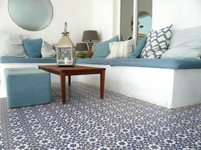 Piso revestido com ladrilho hidráulico floral azul