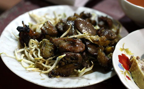 Bún ngan và chả ngan nướng ở vỉa hè phố Hàng Bông (gần ngã tư Phủ Doãn, Hà Nội)