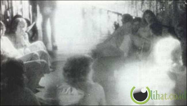 Hantu di Toko Mainan