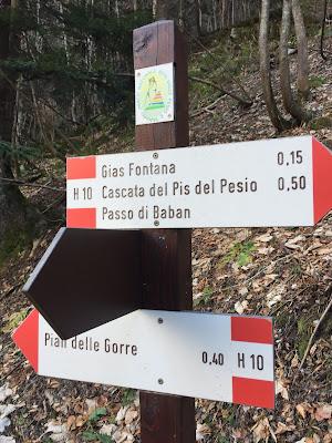Signage for Cascata del Pis and the H10 trail.