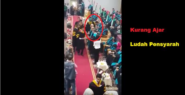 [VIDEO] Kurang Ajar!! Pelajar Ludah Pensyarah Semasa Terima Ijazah Dalam Majlis Konvokesyen