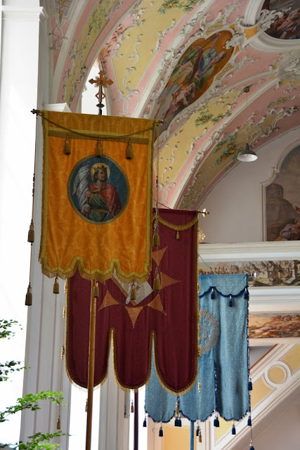 Pfarrkirche St Peter Paul Oberammergau banners