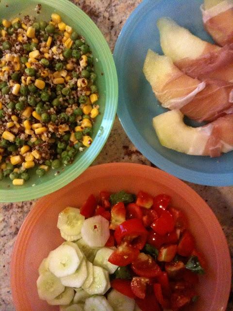 senza bimby, quinoa bianca, quinoa rossa e miglio con piselli e mais, crudo e melone bianco, pomodorini e cetrioli con basilico