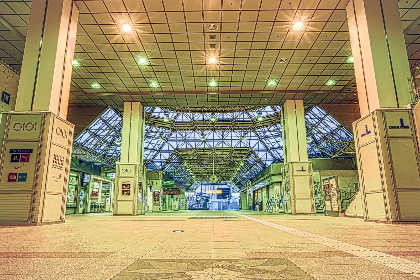 人影のない国分寺駅