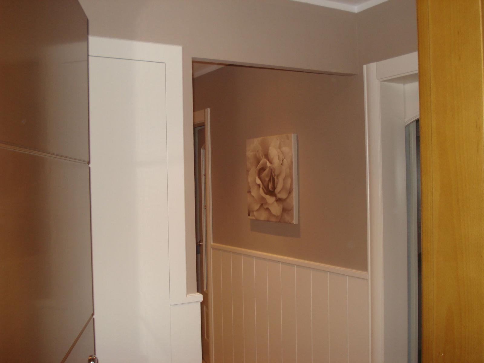 Decora con paula reforma espectacular for Puertas blancas paredes grises