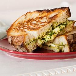 Hrskavi sendvič sa pestom od bosiljka i mocarelom